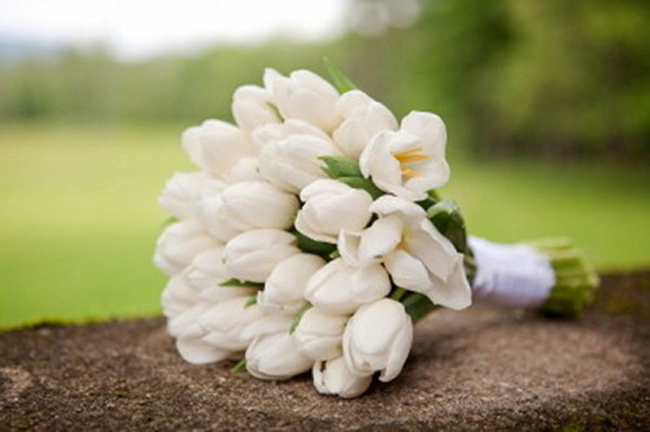 11-chic-white-tulip-bouquet