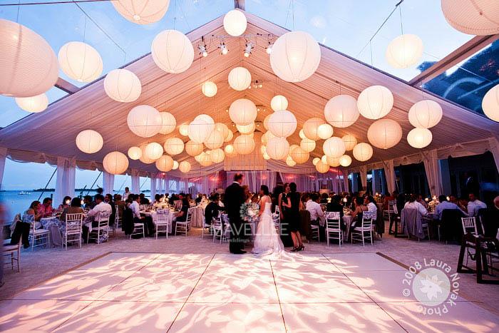 idea para boda bajo carpa bolas de luz colgando del techo y manteles toile de jouy azul y blanco 3